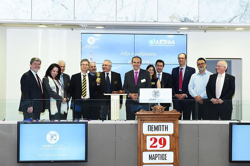 Η Διευθυντική Ομάδα του ΔΕΣΦΑ κατά τη τελετή λήξης της συνεδρίασης στο Χρηματιστήριο Αξιών Αθηνών.